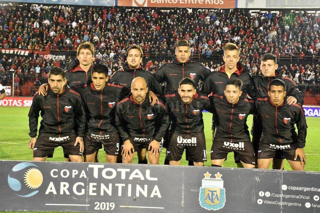 """Un solo Colón...dos caras </BREVES TXT>De rojo y negro los que jugaron la Copa Argentina; de blanco los de la hazaña en el Mineirao ante el Atlético Mineiro en Belo Horizonte. Por lo que se pudo filtrar, sin confirmación de parte de Pablo Lavallén, ni una cosa ni la otra. En principio, jugarían algunos de los titulares mezclados con los llamados """"recambios"""" o """"suplentes"""".   <strong>Foto:</strong> Manuel Fabatia"""