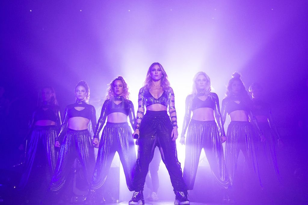 J-Mena llega con nuevo single y video - J-Mena junto a sus bailarinas, en el Teatro Vorterix donde comenzó la gira el 22 de agosto, con localidades agotadas a tan solo 12 horas de su anuncio.