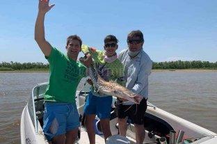 Récord de capturas en el Concurso Argentino de Pesca del Surubí 2019 - Bautista Calderara Gregoret, de 16 años, posa con el surubí de 108 centímetros de longitud con el que consiguió ganar el 32° Concurso Argentino de Surubí. -