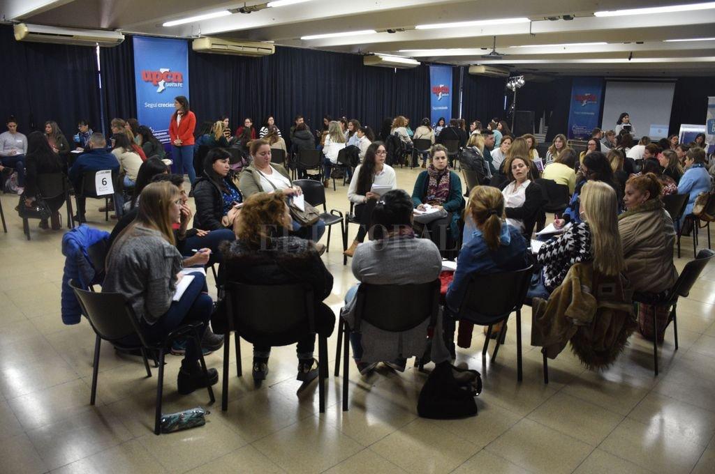 Docentes y directivos de diferentes establecimientos educativos de Santa Fe debatieron. <strong>Foto:</strong> Guillermo Di Salvatore