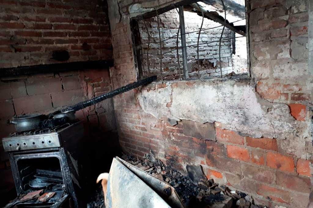 El estado en que quedó una vivienda de pasaje Marsengo al 7100 incendiada por delincuentes. Crédito: Danilo Chiapello