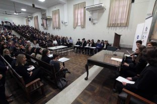 """Estudiantes secundarios se """"pusieron en  la piel"""" de jueces, defensores y fiscales - Los alumnos en la réplica del juicio ante sus compañeros en aula. -"""