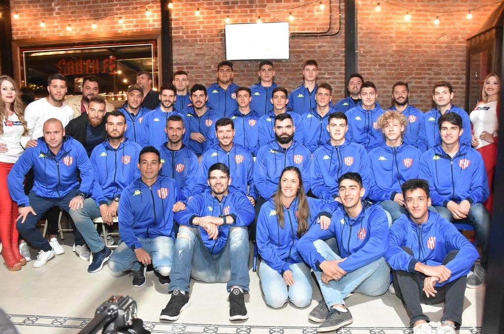 Plantel y cuerpo técnico con el que Unión de Santa Fe afrontará la temporada 2019/2020 de la Liga Argentina. Crédito: Manuel Fabatía