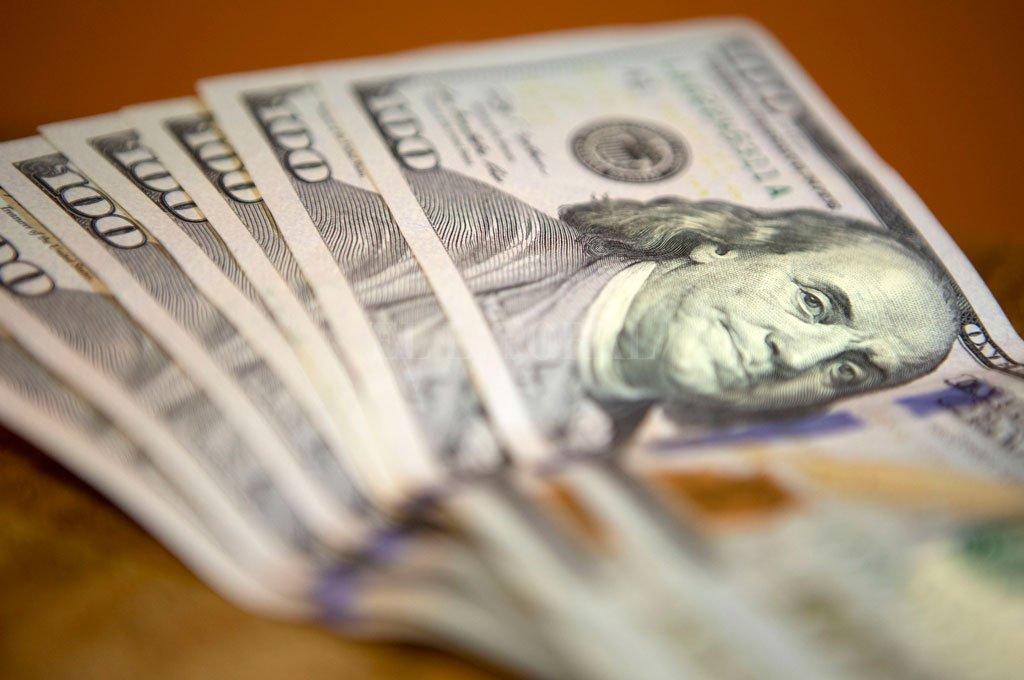 El dólar cerró a $60,43, contenido por la intervención del Central