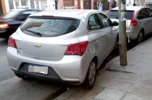 Si estaciona así, mejor no ver cómo maneja -  -