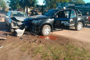Fuerte choque entre un patrullero y un auto en el ingreso a Ángel Gallardo -