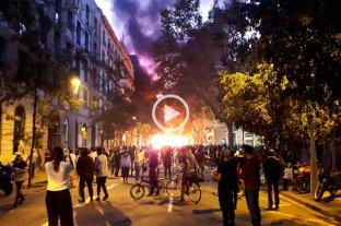 Manifestantes independentista se enfrentan con piedras y botellas a la policía en Barcelona