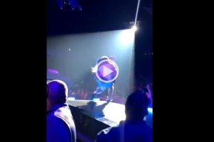 Video: Lady Gaga se cayó del escenario mientras bailaba con un admirador