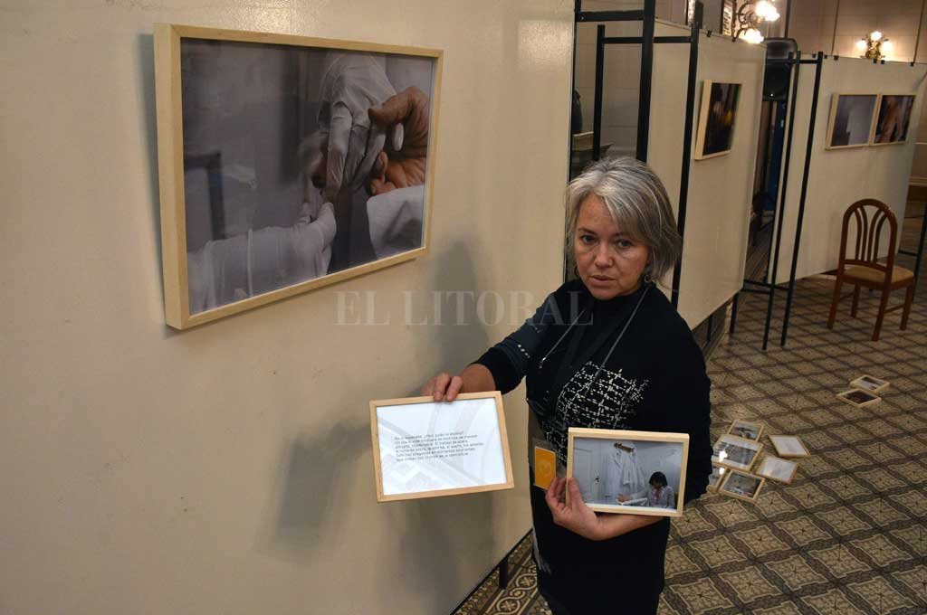 La fotoperiodista Silvina Salinas en pleno montaje de la exposición que permaneció abierta al público, en la Legislatura, entre el miércoles y el viernes. Crédito: Guillermo Di Salvatore