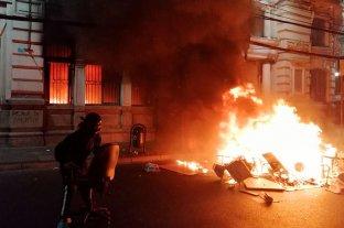 Caos en Chile: manifestantes incendiaron el edificio del diario El Mercurio de Valparaíso -  -