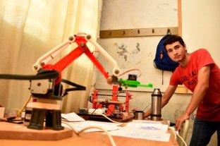 """""""Manos a la obra"""" en la  escuela Pedro Lucas Funes  - En Informática se destacaron diversos proyectos, entre ellos el plotter dibujante. -"""