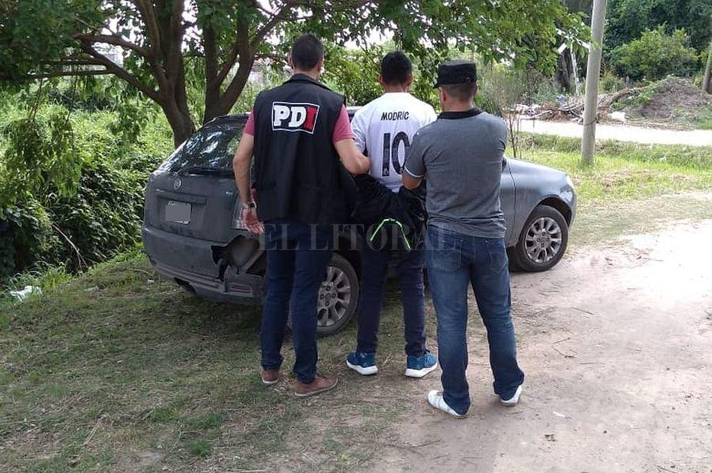 El momento en que el acusado es detenido en barrio El Chaparral, de Santo Tomé. Crédito: Gentileza