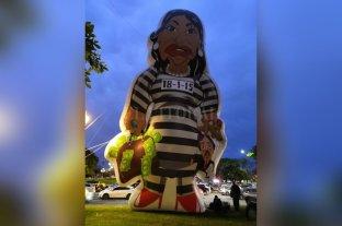 """Pusieron un inflable gigante de """"Cristina presa"""" frente a la Facultad de Derecho de la UBA -"""