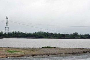 Elevan los cables de alta tensión sobre el río Coronda para garantizar la navegación - Alta tensión. Los cables fueron retirados de la zona del río hasta que se levanten las nuevas antenas. -