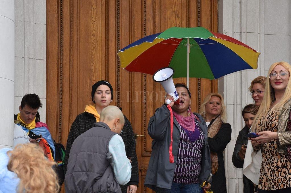 Algarabía de lesbianas, gays, bisexuales y personas trans en la explanada de la Legislatura. Crédito: Guillermo Di Salvatore
