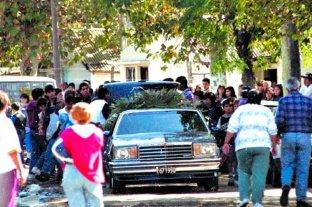 """Crean una unidad para evitar la violencia en los """"narcofunerales"""" - El funeral de """"Sopapita"""" Merlo, en 1996. -"""