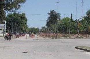 Un desagüe sin terminar podría generar anegamientos en el entorno al Iturraspe - Gorriti y Blas Parera. Una de las esquinas del hospital Iturraspe está cerrada al tránsito, y es donde se inicia el conducto simple que desemboca en el reservorio. Resta terminarse el pavimento.  -