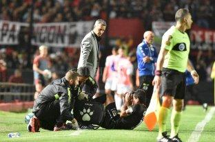 Tranquilos: La lesión del Pulga Rodríguez no es grave - Tranquilo Pablo. El DT Sabalero observa al Pulguita, que es atendido por los médicos