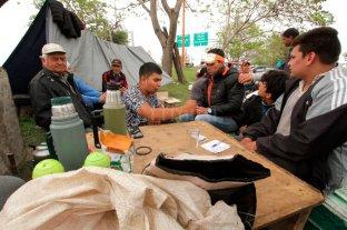 Pescadores santafesinos acampan a la vera del Viaducto Oroño  -
