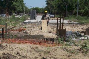 Un desagüe sin terminar podría generar anegamientos en el entorno al Iturraspe - Gorriti y Blas Parera. Una de las esquinas del hospital Iturraspe está cerrada al tránsito, y es donde se inicia el conducto simple que desemboca en el reservorio. Resta terminarse el pavimento