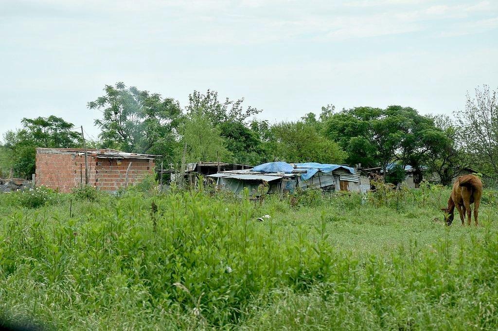 Usurpación. Las precarias viviendas están junto a la dependencia policial. <strong>Foto:</strong> Flavio Raina