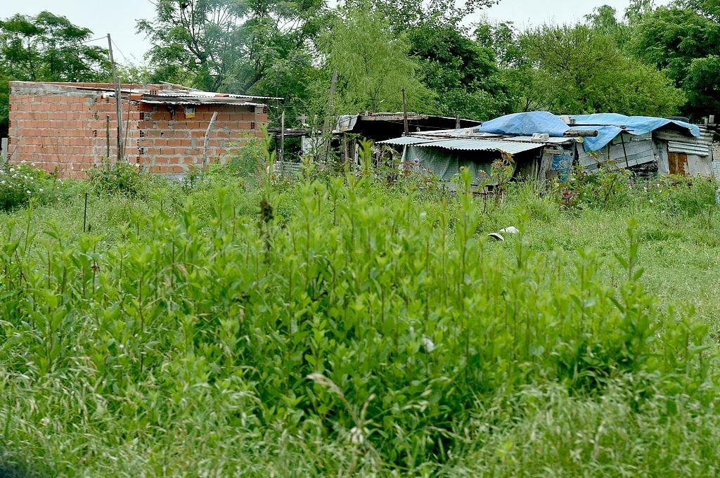 Quejas de vecinos de Playa Norte por avance sobre terrenos usurpados - Usurpación. Las precarias viviendas están junto a la dependencia policial. -