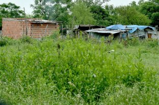Quejas de vecinos de Playa Norte por avance sobre terrenos usurpados - Usurpación. Las precarias viviendas están junto a la dependencia policial.