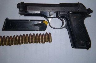 Le robó el arma a un oficial y se metió en la comisaría