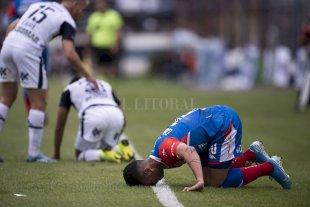 """Acevedo y Carabajal en la mira de Leo - """"Levántate y anda"""". Gabriel Carabajal sufre el golpe recibido en la cancha de Gimnasia, pero para el miércoles de la semana que viene podría estar recuperado, lo mismo que Nelson Acevedo.  -"""