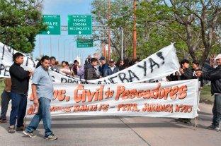 Pescadores cortan el acceso Este a la ciudad de Santa Fe