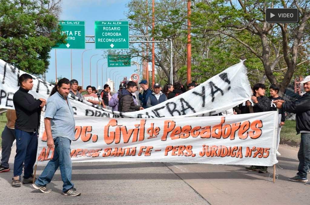 Pescadores cortan el acceso Este a la ciudad de Santa Fe -  -