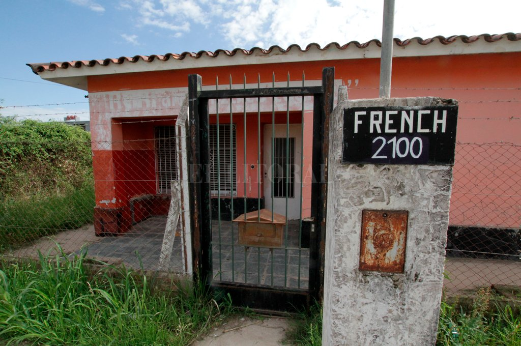 Usurpada. La casa ocupada ilegalmente está en la intersección de bulevar French y Las Heras.  Crédito: Mauricio Garín.