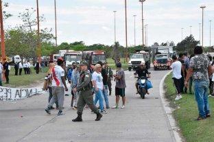 Tras varias horas de corte, los pescadores se retiran de la RN 168 -