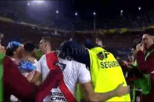 Un empleado de seguridad festejó con los jugadores de River en La Bombonera y lo despidieron