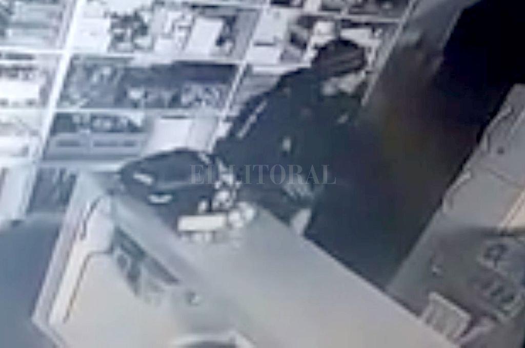 Las cámaras de seguridad del club Colón permitieron identificar al ladrón de la escuela pre-deportiva. <strong>Foto:</strong> Captura digital