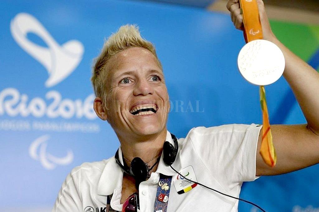 Marieke Vervoort con una de las medallas conseguidas en Río 2016. Crédito: Captura digital