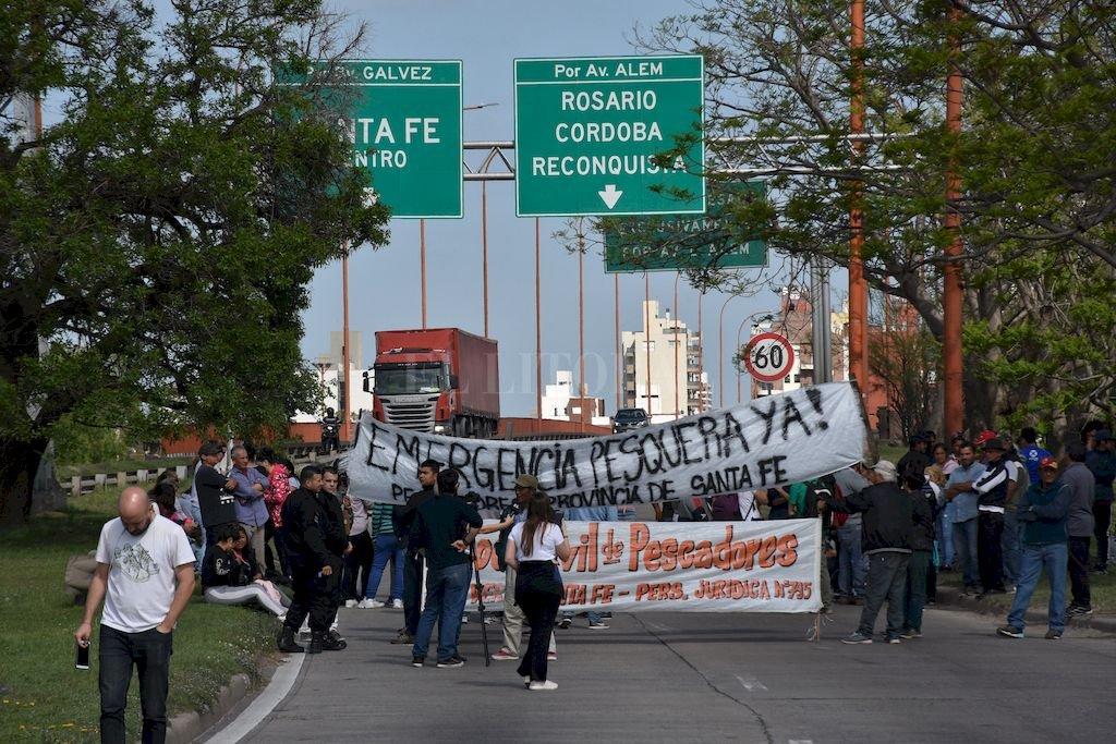 Corte total. Unas 100 personas se manifestaron durante la mañana de ayer en el ingreso al viaducto Oroño, por la mano que viene de Paraná y la Costa a Santa Fe.  <strong>Foto:</strong> Flavio Raina