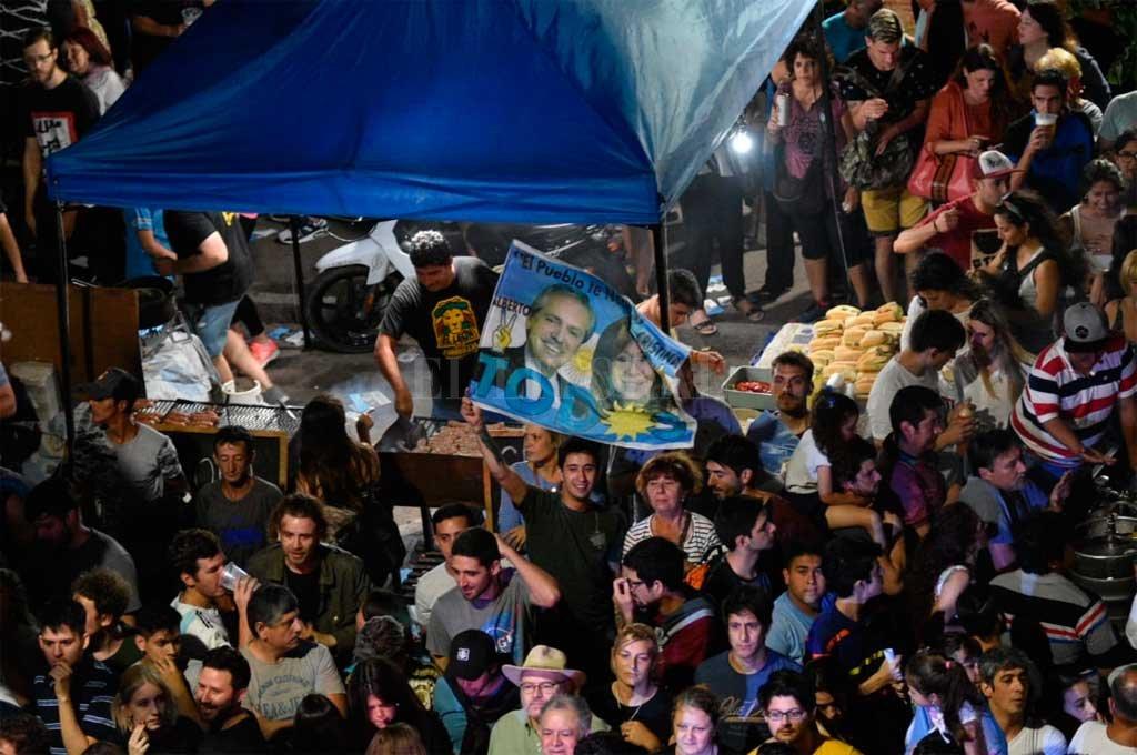 En Santa Fe, los festejos se concentraron en la sede del partido justicialista <strong>Foto:</strong> Manuel Alberto Fabatía