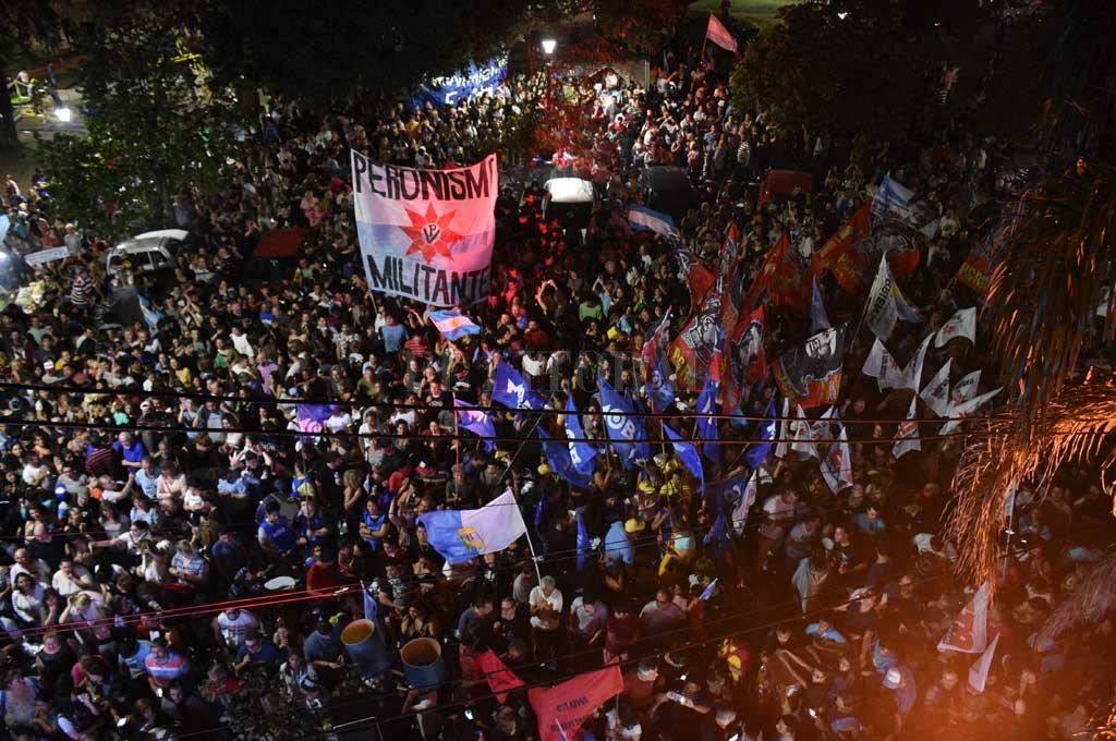 Una multitud se acercó a la sede del PJ en calle Crespo para festejar el triunfo de Fernández. Desazón por el resultado santafesino. Crédito: Manuel Alberto Fabatía