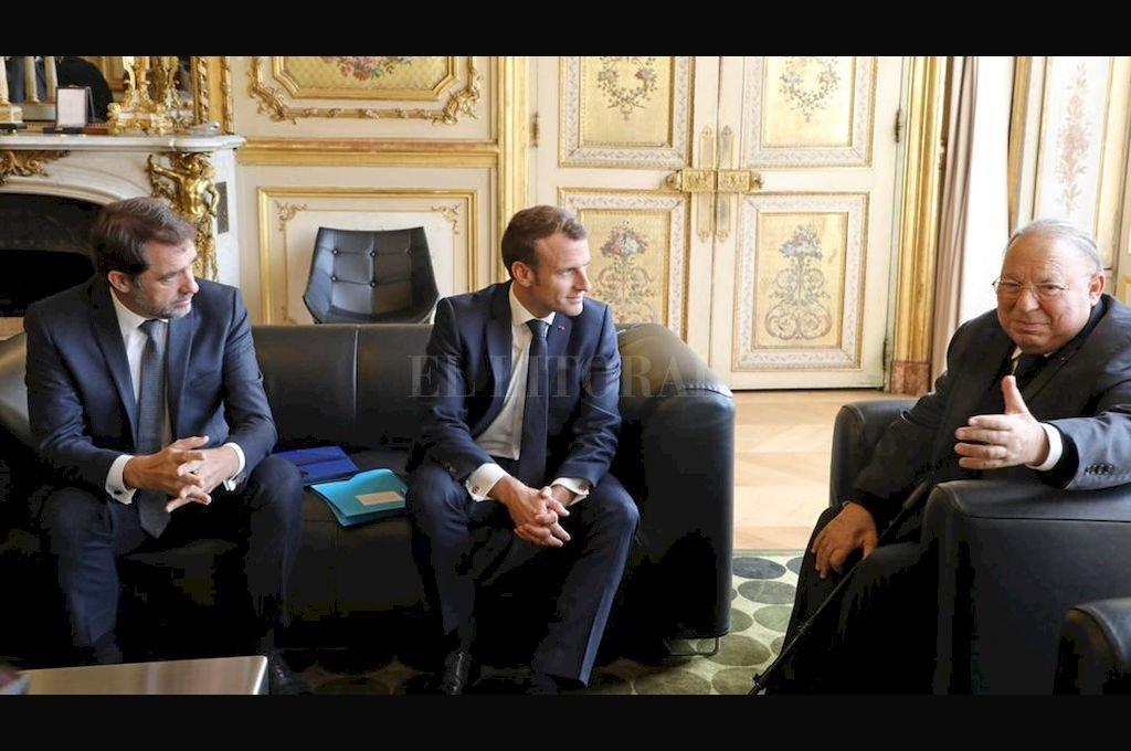 El presidente interino del Consejo francés de la fe musulmana, Dalil Boubakeur, a la derecha, junto al presidente francés Emmanuel Macron, y el ministro del Interior, Christophe Castaner, en el Palacio del Elíseo en París <strong>Foto:</strong> AP