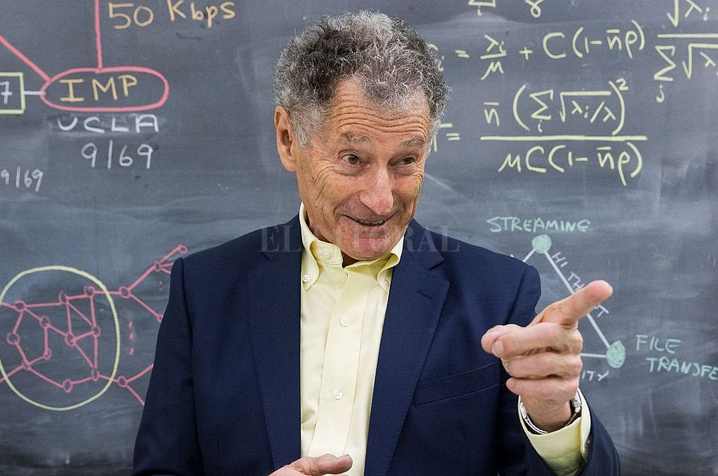 Leonard Kleinrock y su equipo enviaron desde su laboratorio en la UCLA el primer mensaje, de tan sólo dos letras: