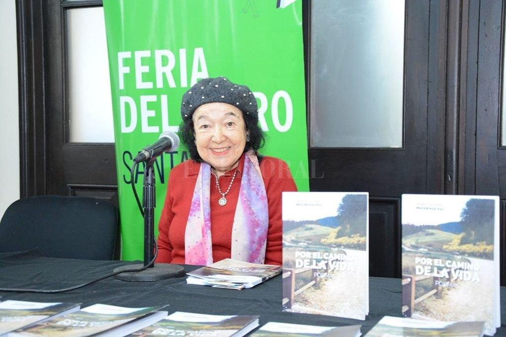 La autora en la última Feria del Libro, presentando su más reciente publicación. Crédito: Gentileza Rsfotos