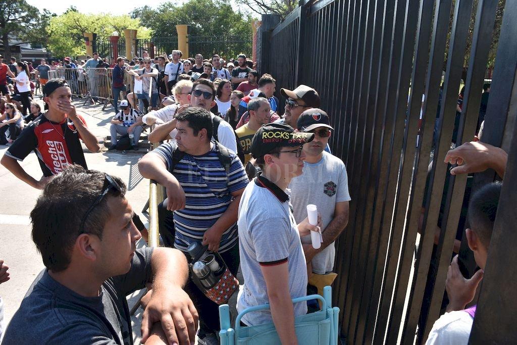 Los hinchas Sabaleros esperando obtener su entrada <strong>Foto:</strong> Flavio Raina