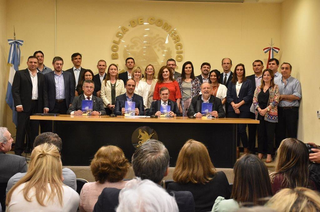 Juntos. Autoridades de la Municipalidad y la Bolsa de Comercio, representantes de las tres universidades con asiento local y especialistas que participaron en la elaboración de las mediciones estadísticas, en una foto grupal.  <strong>Foto:</strong> Luis Cetraro