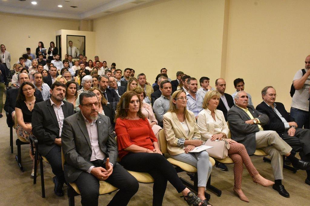 Los asistentes, durante la presentación de la publicación en el auditorio de la Bolsa de Comercio. Crédito: Luis Cetraro