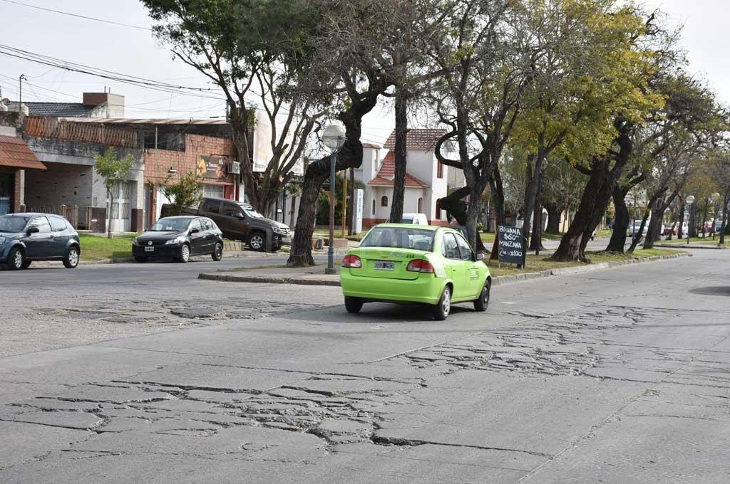El deterioro en el pavimento es notorio en varios puntos de la Av. Galicia. Los vehículos deben aminorar la marcha casi a paso de hombre para traspasar los pozos y baches. Crédito: Luis Cetraro