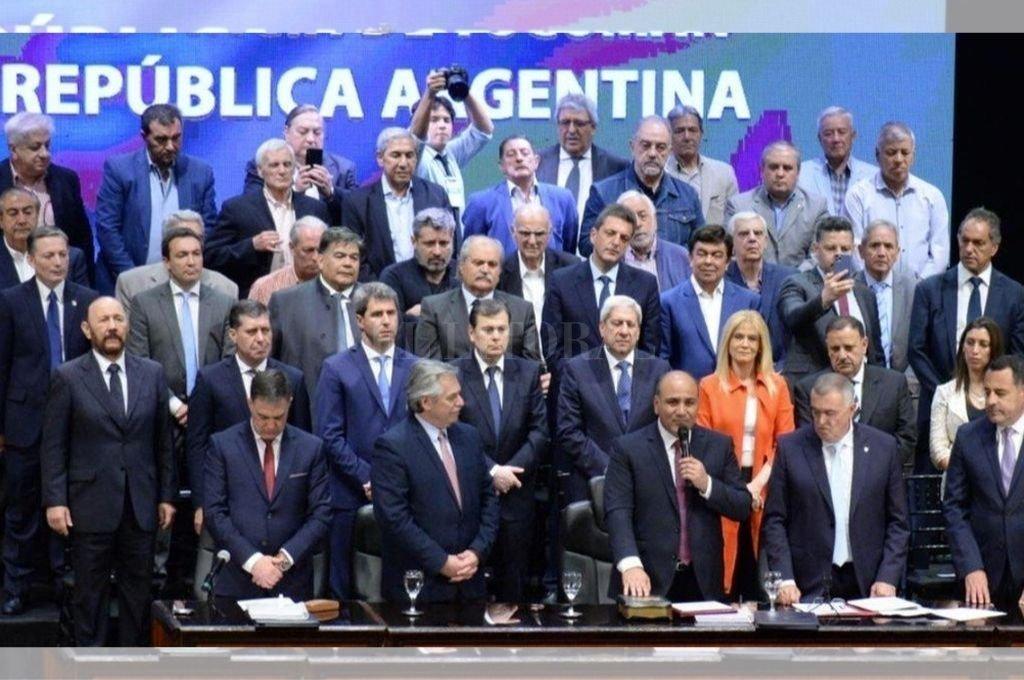 El presidente electo, Alberto Fernández, junto a gobernadores, intendentes y dirigentes sindicales en la asunción de Juan Manzur en Tucumán. Crédito: Agencia