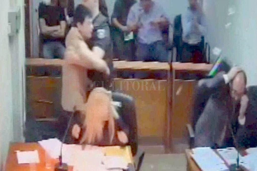 Momento de la agresión durante una audiencia en los tribunales rafaelinos. <strong>Foto:</strong> Captura digital