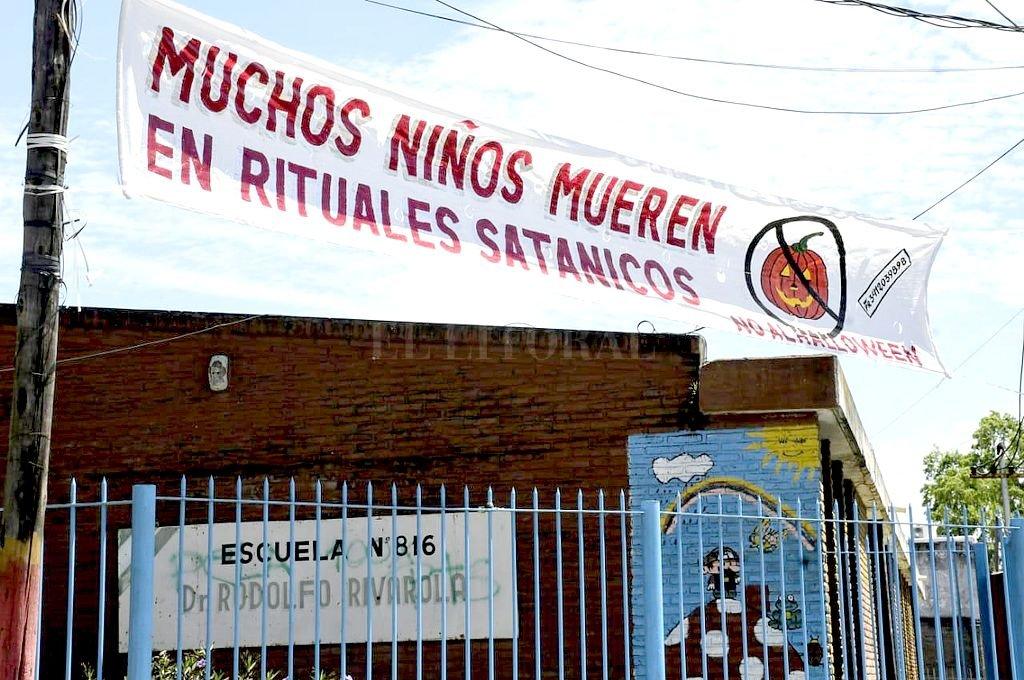 Cartel colocado por un pastor evangélico frente a una escuela. <strong>Foto:</strong> Marcelo Manera