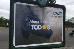 Afiches políticos enojaron a científicos de Conicet